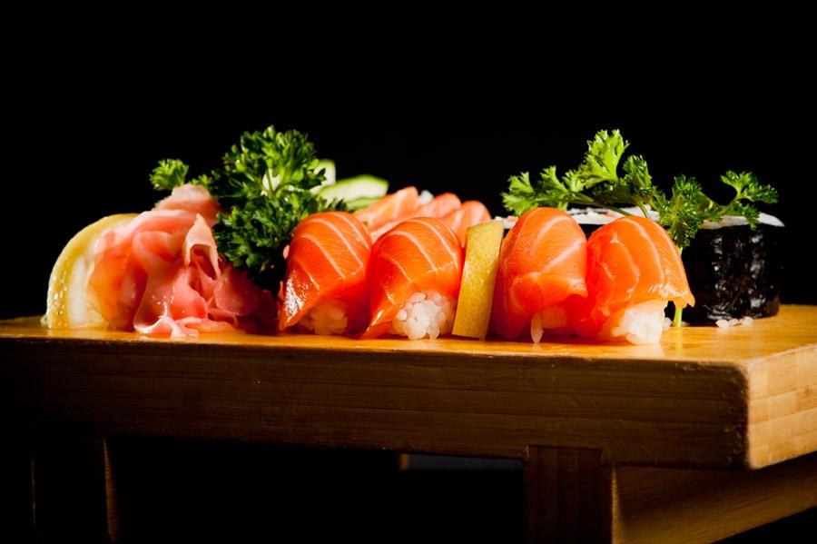 De beaux sushis au saumon frais